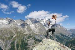 Femme de randonneur regardant le panorama photo stock