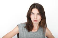 Femme de regard heureuse enthousiaste Plan rapproché du modèle femelle caucasien asiatique de métis heureux d'isolement sur le fo photographie stock