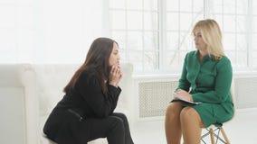 Femme de renversement ayant la consultation avec le psychologue féminin banque de vidéos