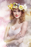 Femme de ressort avec des fleurs image stock