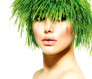 Femme avec des cheveux d'herbe verte Image stock