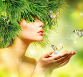 Femme avec des cheveux d'herbe verte Images stock
