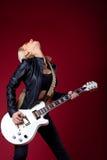 Femme de roche dans la pièce de passion sur la guitare Photographie stock libre de droits