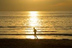 Femme de Runing au lever de soleil Photos stock
