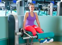 Femme de séance d'entraînement d'extension de jambe de gymnase photographie stock libre de droits