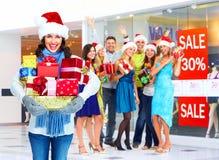 Femme de Santa avec des cadeaux de Noël. Image libre de droits