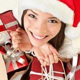 Femme de Santa de cadeaux de Noël d'achats Photographie stock libre de droits