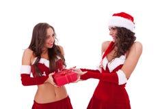 Femme de Santa donnant un présent à l'ami Photos libres de droits
