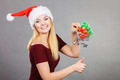 Femme de Santa tenant le caddie avec des cadeaux de Noël photos libres de droits