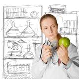 Femme de scientifique avec la pomme Photographie stock