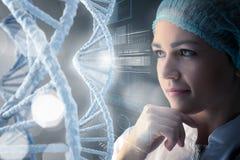 Femme de scientifique travaillant dans le laboratoire Media mélangé Photographie stock