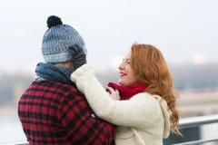Femme de soin mettant le chapeau chaud sur son mari photos stock