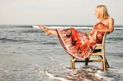 Femme de solitude sur la plage Image stock