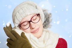 Femme de sommeil dans la neige en hiver Photos stock