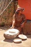Femme de Sotho faisant cuire le repas de maïs Photos libres de droits
