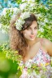 Femme de source Beau modèle de fille avec des fleurs de ressort Jeune marché des changes image libre de droits