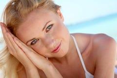 Femme de sourire à la plage Photo stock