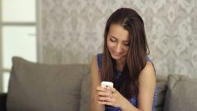 Femme de sourire écrivant SMS banque de vidéos