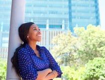 Femme de sourire amicale d'affaires en dehors de l'immeuble de bureaux Photographie stock