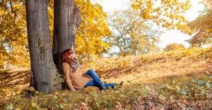 Femme de sourire appréciant en nature photo stock