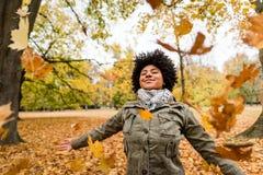Femme de sourire appréciant l'automne Images stock