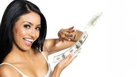 Femme de sourire assez heureuse comptant l'argent liquide photographie stock libre de droits