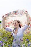 Femme de sourire assez jeune dans le domaine de blé jaune images stock