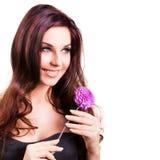 Femme de sourire attirante avec une fleur Photo libre de droits