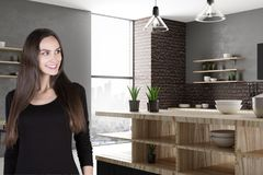 Femme de sourire attirante dans la cuisine Image libre de droits