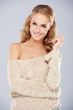 Femme de sourire attirante dans outre de l'équipement d'épaule Image libre de droits