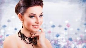 Femme de sourire attirante de brune regardant dans l'appareil-photo Image stock