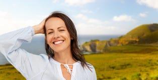 Femme de sourire au-dessus de côte de Big Sur de la Californie images stock