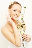 Femme de sourire avec des fleurs de pomme de source photographie stock libre de droits