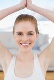 Femme de sourire avec des frais généraux jointifs de mains Photographie stock libre de droits