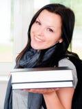 Femme de sourire avec des livres de fixation de sac à dos Photographie stock libre de droits