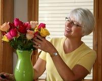 Femme de sourire avec des roses Image libre de droits