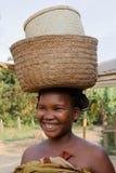 Femme de sourire avec des sacs sur sa tête Image libre de droits