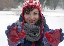 Femme de sourire avec deux coeurs rouges Photos libres de droits
