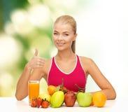 Femme de sourire avec l'aliment biologique ou les fruits sur la table images libres de droits