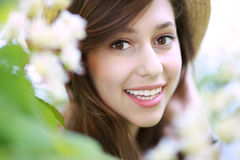 Femme de sourire avec l'arbre fleurissant Photographie stock libre de droits