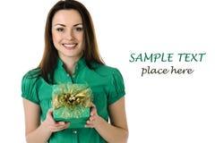 Femme de sourire avec la boîte-cadeau Photo stock