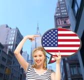 Femme de sourire avec la bulle des textes du drapeau américain Photo stock