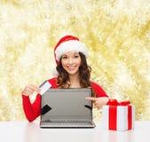 Femme de sourire avec la carte de crédit et l'ordinateur portable Image stock