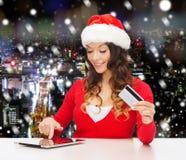 Femme de sourire avec la carte de crédit et le PC de comprimé Images libres de droits