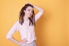 Femme de sourire avec la coiffure de dreadlocks photos stock