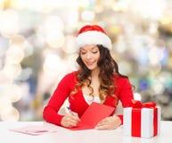 Femme de sourire avec la lettre d'écriture de boîte-cadeau Photo libre de droits