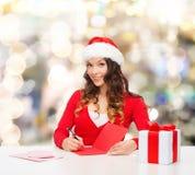 Femme de sourire avec la lettre d'écriture de boîte-cadeau Images stock