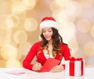 Femme de sourire avec la lettre d'écriture de boîte-cadeau Images libres de droits
