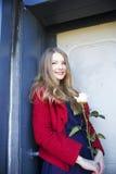 Femme de sourire avec la rose de blanc actuelle image stock