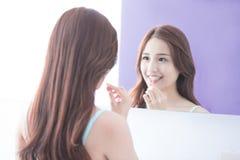 Femme de sourire avec la soie de dents Photographie stock libre de droits
